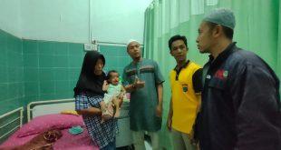 Komunitas Shodaqoh Ummat Fondation Bersama IWO Medan Salurkan Donasi Buat Arsy Faradilla, Pasien Usus Keluar