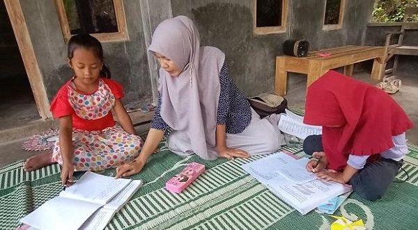 Cuma Digaji 150 Ribu, Guru Honorer Ini Tetap Semangat 'Home Visit' Siswanya yang Tak Punya Gawai
